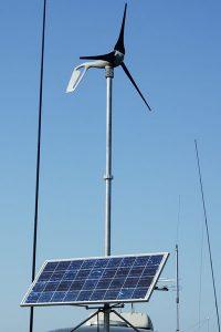 Solar und Windkraft auf einem Campingwagen